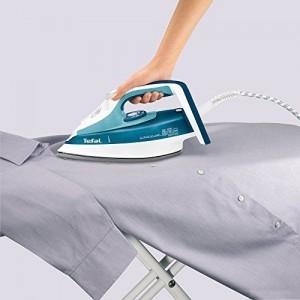 Hemd wird gebügelt mit einem Tefal Dampfbügeleisen