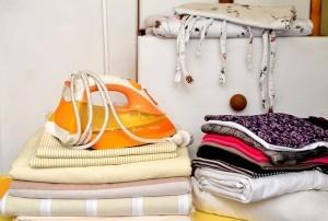 Bügeleisen mit frisch gebügelter Bettwäsche
