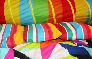 gebügelte und bunte Bettwäsche