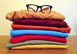 Gebügelte, gefaltete und gestapelte Hosen in verschiedenen Farben
