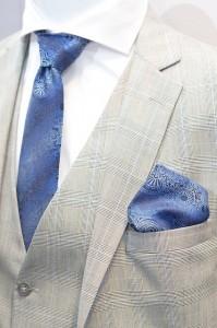 Weißer Anzug mit blauer Krawatte frisch gebügelt