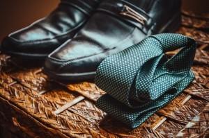 schwarze Schuhe mit einer gebügelten und gefalteten Krawatte