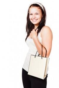 Glückliche Frau mit Einkaufstasche